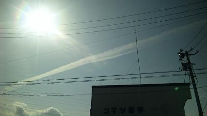 飛行機雲ではねよ。