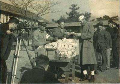 zentsuji20receiving20gift.jpg