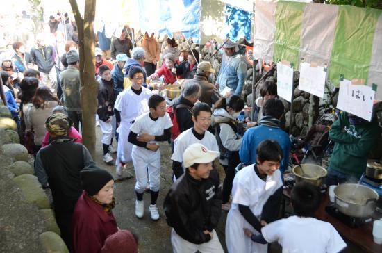 八幡神社境内の賑わい