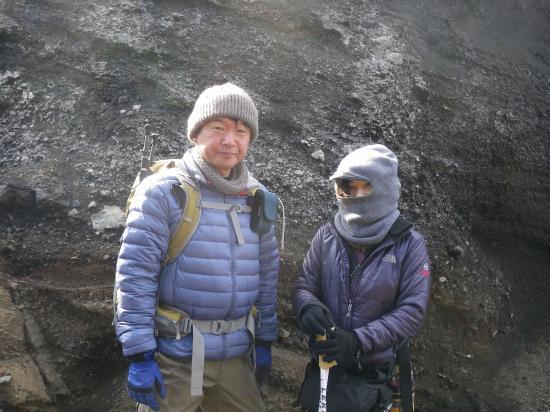 ナライの強風をさける 地熱でホッカホカの櫛形の谷でこれから昼食(02/11 Iさんご夫妻)