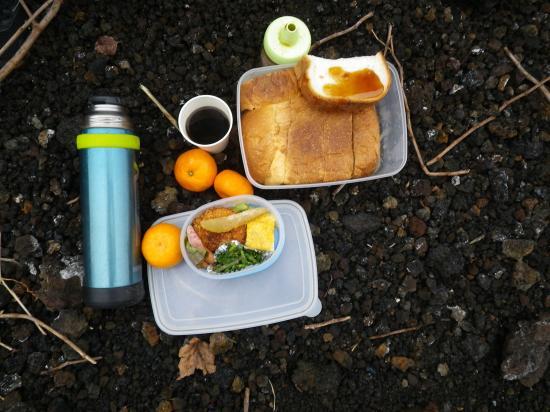 自家製のパン 大島の蜂蜜 あっつあつのcoffee はんば海苔のおむすびは帰りの船の中でいただきます...(03/03)