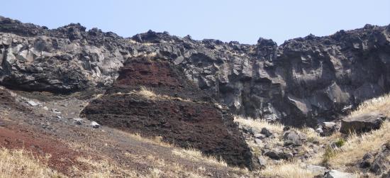 壁面は1778/11/06日の安永噴火アア溶岩