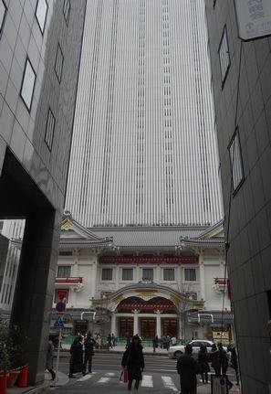 正面から見た建物