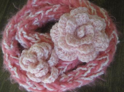 指編みマフラーにバラ