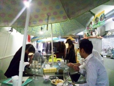 131022THAI-YA-TAI11パラソル下で宴会