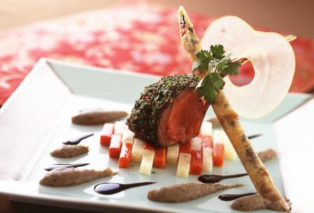 パセリとピンクペッパーをまとった骨付き鹿肉のロースト トリフ風味のじゃがいものピューレとりんごのチップ添え カオール産赤ワインのソース