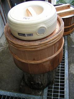魚と飯と裏白が漬け込まれた樽