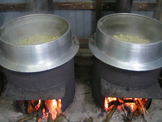 かまどで炊く大豆