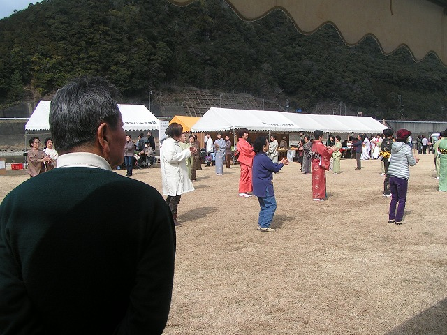 堂城氏率いる民謡踊り集団