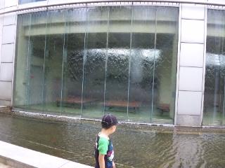 水の流れるガラス
