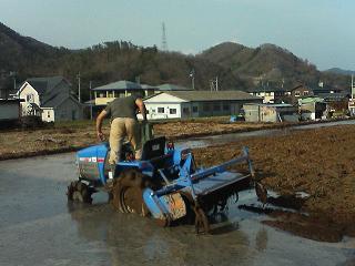 さらに耕運機をかける