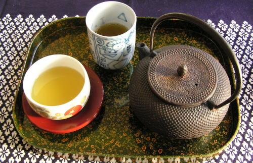 午後テイーは南部鉄器の急須で煎茶