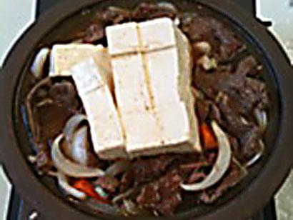 牛肉を端に寄せ豆腐をのせる