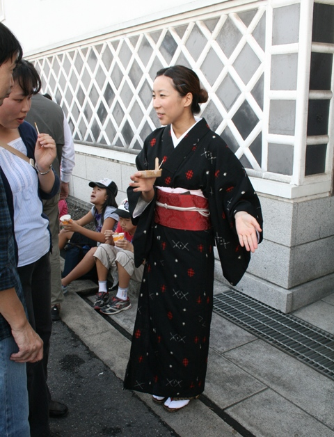 101010 賀茂鶴 着物の女性 W