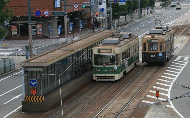 101023-02 鷹の橋交差点 古電車 W
