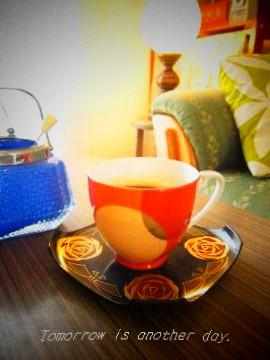 薔薇と蝶の菓子皿 ノリタケのカップを載せて