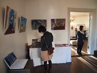 20130311ライン展示室絵本に見入る客