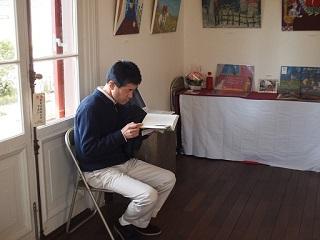 20130316ライン童話を読む男性