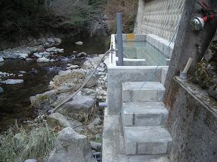 川横生簀作成途中 2