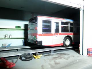 東急バスを置いた工場棟 側面から