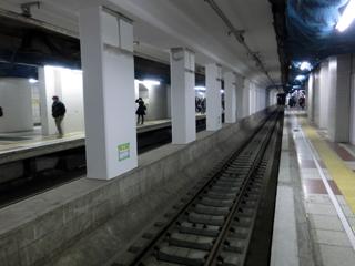 豊洲駅の中線にレールが敷設された様子