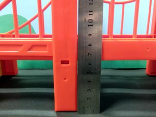 吊り橋部品の高さの測定している様子