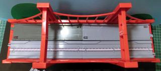 大鉄橋にすいすいロードの直線道路部品とプラロードの直線道路部品を載せた様子