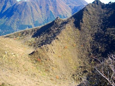 西峰山頂からお鉢巡りの難所を見下ろすCIMG0184
