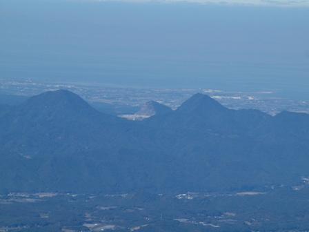 中央に麻生の稲積山 右に石山PB042062