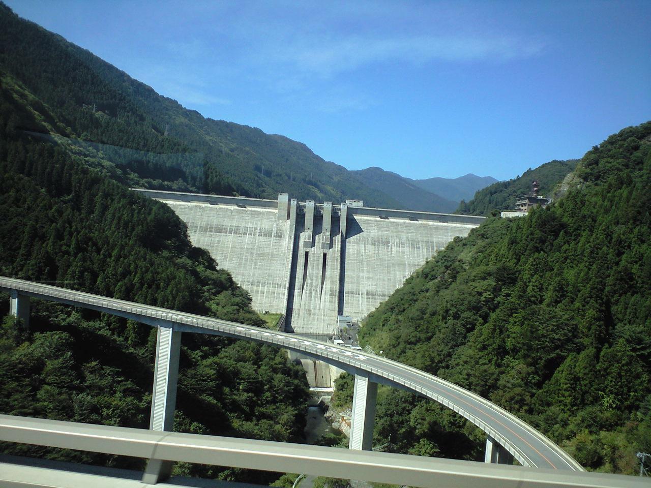 バスからの滝沢ダムとループ橋