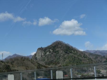 郡内ツアー 中央道から見た岩殿山