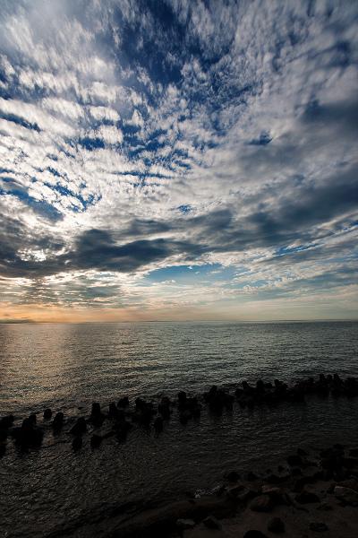 躍動する空と静観する海・・・
