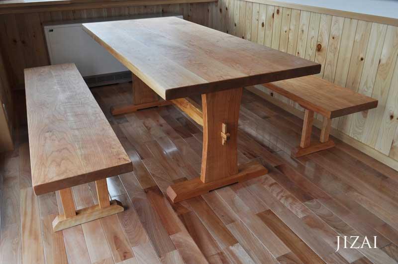 チェリー材のダイニングテーブル