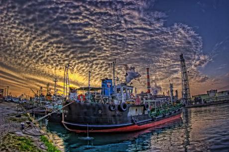 川崎の水江運河に浮かぶタンカー