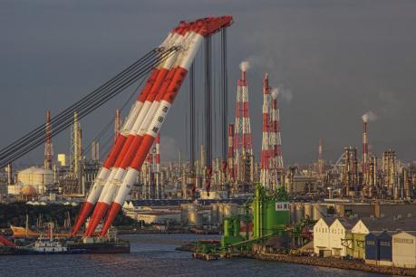 起重機船と堺泉北臨海工業地帯