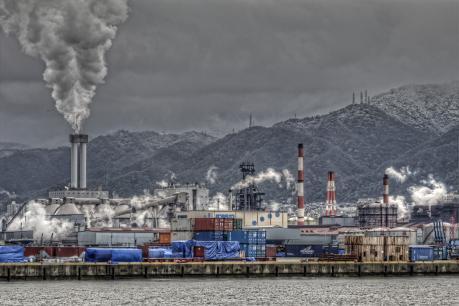 雪の六甲山と神戸製鋼神戸製鉄所