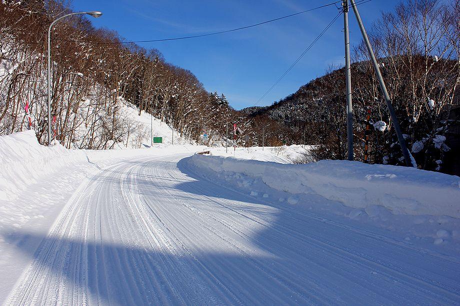 冬、北国の山道