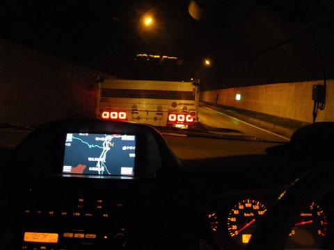 トンネルで停まってます