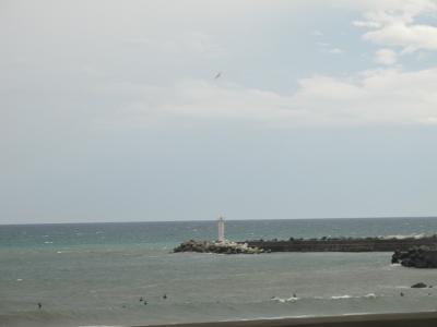 灯台とサーファー