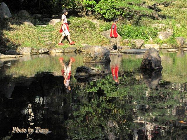 日本庭園の子供達