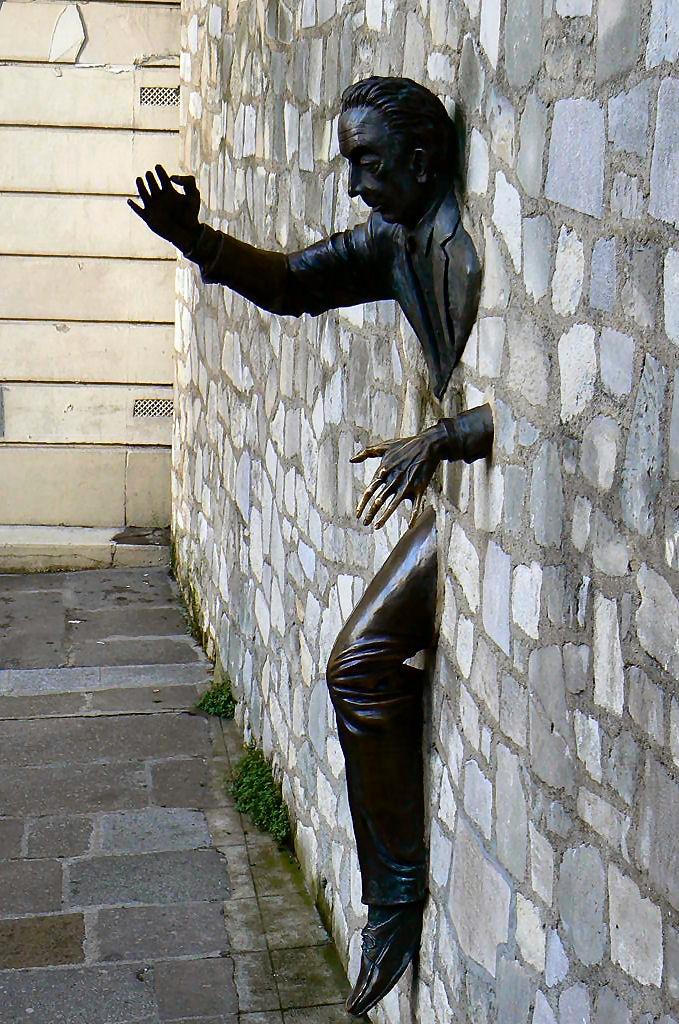 モンマルトル小説「壁抜け男」の銅像。