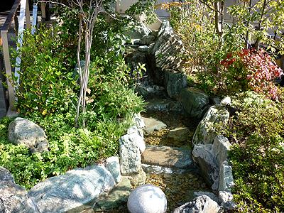 美福の玄関脇に設けられた庭