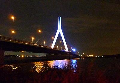 青く輝く芦田川大橋