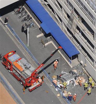 西武八尾店の駐車場4階から車が転落