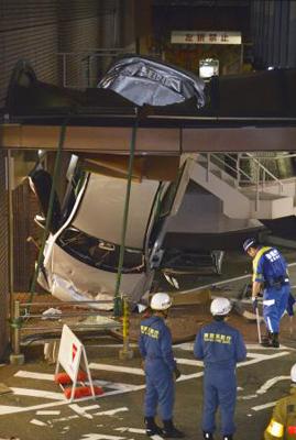 帝国ホテルの駐車場で車が10m下に転落