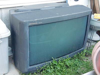 壊れたブラウン管の28型テレビ