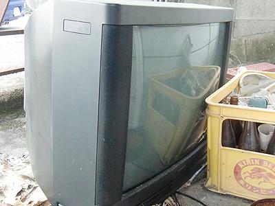 壊れたブラウン管の26型テレビ