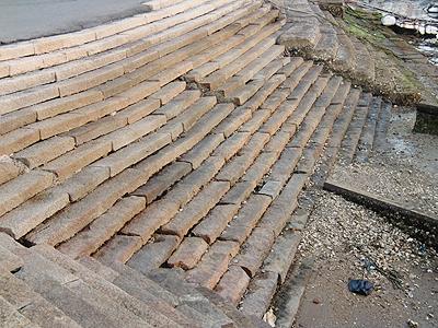 老朽化進む鞆港の雁木