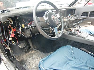 配線剥き出しの運転席