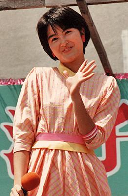ニチイ尾道店屋上特設ステージにて荻野目洋子